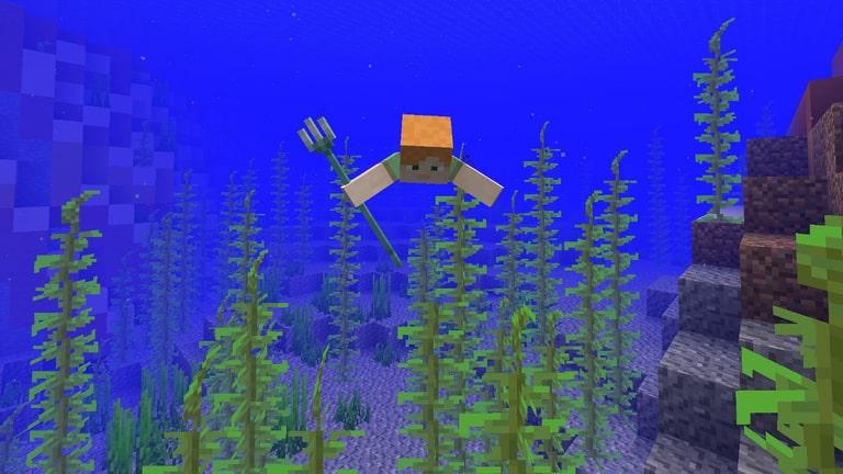 Jugador nadando en minecraft con su tridente